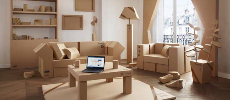 salon entièrement meublé avec des meubles en carton